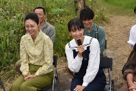 笑顔で報道陣の質問に答える広瀬すずさん。左は松嶋菜々子さん=新得町で2018年6月19日午後0時6分、鈴木斉撮影