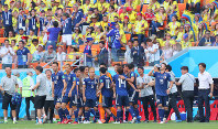 【コロンビア―日本】後半、大迫(背番号14の奥)が勝ち越しのゴールを決め、ベンチ前で喜び合う選手たち。右端は西野監督=ロシア・サランスクで2018年6月19日、長谷川直亮撮影