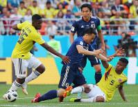 【コロンビア―日本】後半、ボールを奪われる岡崎(中央)=ロシア・サランスクで2018年6月19日、長谷川直亮撮影