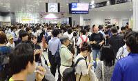 JR草津駅改札前で列車の運行再開を待つ利用者ら=滋賀県草津市渋川で2018年6月18日午前8時40分ごろ、礒野健一撮影