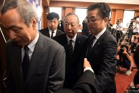 Kake Educational Institution Chairman Kotaro Kake, center, leaves a conference room at the institution's headquarters in Okayama's Kita Ward after a June 19, 2018 news conference. (Mainichi)