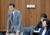前次官のセクハラ問題で釈明する麻生太郎財務相。野田聖子女性活躍担当相(右)が厳しい視線を送る=国会内で5月15日、川田雅浩撮影