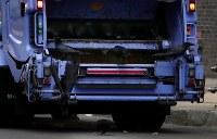 ゴミ収集車の後ろに乗って、食べ物を探すカラスの姿も=札幌市中央区で2018年6月8日早朝、貝塚太一撮影