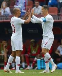 【ポルトガル―モロッコ】前半、先制ゴールを決めて喜ぶポルトガルのロナルド(右)=ロシア・モスクワのルジニキ競技場で2018年6月20日、長谷川直亮撮影
