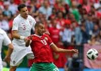 【ポルトガル―モロッコ】前半、ボールを奪い合うポルトガルのペペ(左)とモロッコのブタイブ=ロシア・モスクワのルジニキ競技場で2018年6月20日、長谷川直亮撮影