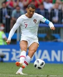 【ポルトガル―モロッコ】前半、FKからゴールを狙うポルトガルのロナルド=ロシア・モスクワのルジニキ競技場で2018年6月20日、長谷川直亮撮影
