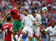 【ポルトガル―モロッコ】後半、CKに合わせヘディングシュートを放つモロッコのベルハンダ(左)=ロシア・モスクワのルジニキ競技場で2018年6月20日、長谷川直亮撮影