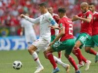 【ポルトガル―モロッコ】前半、前線でボールをキープするポルトガルのロナルド(左)=ロシア・モスクワのルジニキ競技場で2018年6月20日、長谷川直亮撮影