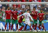【ポルトガル―モロッコ】後半、FKからゴールを狙うポルトガルのロナルド(中央)=ロシア・モスクワのルジニキ競技場で2018年6月20日、長谷川直亮撮影