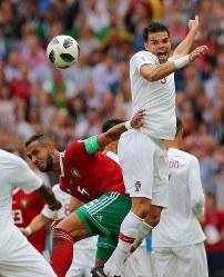 【ポルトガル―モロッコ】後半、激しく競り合うポルトガルのペペ(右)とモロッコのベナティア=ロシア・モスクワのルジニキ競技場で2018年6月20日、長谷川直亮撮影