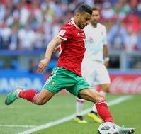【ポルトガル―モロッコ】後半、シュートを放つモロッコのベルハンダ=ロシア・モスクワのルジニキ競技場で2018年6月20日、長谷川直亮撮影