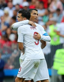 【ポルトガル―モロッコ】モロッコに勝利し、ペペ(手前)と抱き合って喜ぶポルトガルのロナルド=ロシア・モスクワのルジニキ競技場で2018年6月20日、長谷川直亮撮影