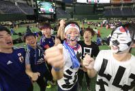 コロンビア戦を前に盛り上がる日本代表サポーターたち=東京都文京区で2018年6月19日午後7時57分、宮武祐希撮影