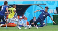 【コロンビア-日本】前半、ボールを奪う酒井宏(右)=ロシア・サランスクで2018年6月19日、長谷川直亮撮影