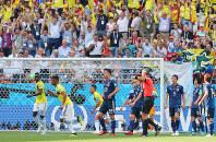 【コロンビア-日本】前半、コロンビアに同点ゴールを許し、肩を落とす吉田(中央)ら=ロシア・サランスクで2018年6月19日、長谷川直亮撮影