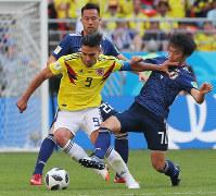 【コロンビア-日本】後半、ボールを奪い合う柴崎(右)とコロンビアのファルカオ=ロシア・サランスクで2018年6月19日、長谷川直亮撮影