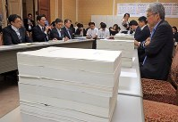 Opposition parties hold a joint hearing of Finance Ministry officials over newly released documents regarding the discounted sale of state land to Moritomo Gakuen at the Diet in this May 23, 2018, file photo. (Mainichi)