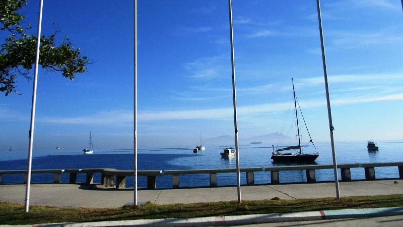 首都ディリの海岸から北を見る。赤道近くの海は波が静か。遠くに見えるアタウロ島も東ティモール(写真は筆者撮影)