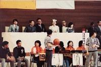 日本車いすバスケットボール選手権大会を観戦される天皇、皇后両陛下。両陛下の間が浜本勝行さん。左は秋篠宮さま、右は黒田清子さん=1981年5月、東京都杉並区の佼成学園で(日本車いすバスケットボール連盟ポラリスの会提供)