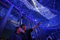 天の川イルミネーションの前で記念撮影する人達=東京都港区で2018年6月7日、宮武祐希撮影