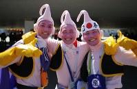 【ポルトガル・モロッコ】試合前に笑顔で撮影に応じる日本のサポーター=AP
