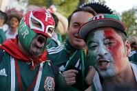 【メキシコ・ドイツ】勝利を喜ぶメキシコのサポーター=AP