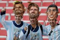 【アルゼンチン・アイスランド】メッシとディマリアのマスクをして応援するアルゼンチンサポーター=AP