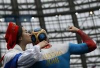 【ロシア・サウジアラビア】ペイントされたロシアの男性サポーターの頭にキスをする女性サポーター=AP