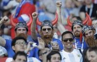 【アルゼンチン・アイスランド】盛り上がるアイスランドのサポーター=AP