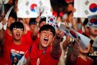 【韓国・スウェーデン】ソウルでスウェーデン戦の試合放送を見ながら熱狂する韓国のサポーター=ロイター