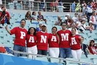 【ベルギー・パナマ】試合前、一列に並んで撮影に応じるパナマサポーター=AP