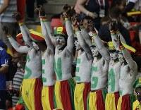 【セネガル・ポーランド】盛り上がり、歓声を上げるセネガルのサポーター=AP