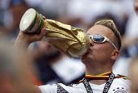 【ドイツ・メキシコ】優勝トロフィーのレプリカにキスをするドイツのサポーター=AP