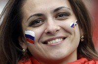ロシアの女性サポーター=AP