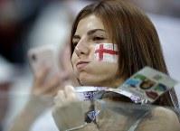 イングランドの女性サポーター=AP
