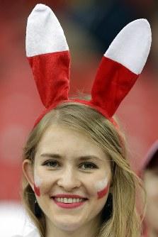 ポーランドの女性サポーター=AP