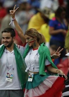 イランの女性サポーター=AP