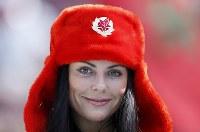 ロシア帽をかぶった女性サポーター=AP