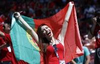 ポルトガルの女性サポーター=AP