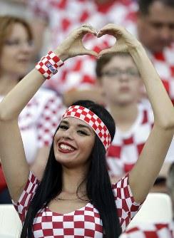 クロアチアの女性サポーター=AP