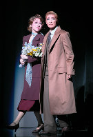 生きる希望を失っていたジョアン(真彩希帆・左)と恋に落ちる、亡命者のラヴィック(轟悠)=宝塚大劇場で