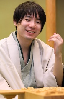 Meijin title holder Amahiko Sato smiles after defending his title by beating shogi master Yoshiharu Habu in the 76th Meijin-sen tournament's 7th match at Tendo Hotel in Tendo, Yamagata Prefecture, on June 20, 2018. (Mainichi)