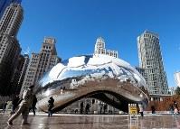 6月19日、英国の現代彫刻家、アニッシュ・カプーア氏(64)は、シカゴのミレニアム・パークに置かれた自身の作品「クラウド・ゲート」(写真)を勧誘ビデオに許可なく使用したとして、著作権侵害で全米ライフル協会(NRA)をシカゴの裁判所に提訴した。写真は2016年12月撮影(2018年 ロイター/Kamil Krzaczynski)