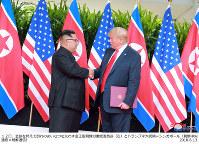 米朝首脳会談の成果を発表した記者会見を終えて、会場を後にするトランプ米大統領=2018年6月12日、高本耕太撮影