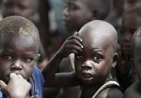 木陰に集まる子供たち。この集落には牛の奪い合いによる争いを逃れた人たちが住み、食べ物がなくて野草を摘んで食べているという=南スーダン・テレケカで2018年4月16日、小川昌宏撮影