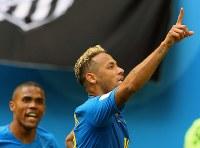 【ブラジル―コスタリカ】試合終了間際、ゴールを決めて喜ぶブラジルのネイマール(右)。左はドウグラスコスタ=ロシア・サンクトペテルブルクで2018年6月22日、長谷川直亮撮影