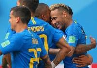 【ブラジル―コスタリカ】試合終了間際、ゴールを決めてチームメートと喜ぶブラジルのネイマール(右)=ロシア・サンクトペテルブルクで2018年6月22日、長谷川直亮撮影