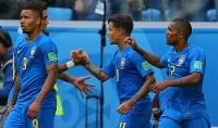 【ブラジル―コスタリカ】後半、先制ゴールを決めチームメートに祝福されるブラジルのコウチーニョ(中央)=ロシア・サンクトペテルブルクで2018年6月22日、長谷川直亮撮影