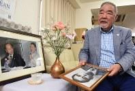 奥田保弁護士の遺影を手にして思い出を語る日本ダルクの近藤恒夫代表=東京都新宿区で、丸山博撮影