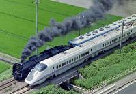 秋田新幹線の開業に伴うキャンペーンで、奥羽線の秋田ー大曲間を並走する秋田新幹線の「こまち」と蒸気機関車「D51」=秋田県で1997年7月17日、本社ヘリから萩原義弘撮影